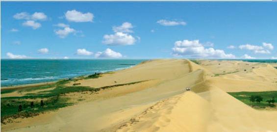 翡翠岛位于中国最美的八大海岸之一,河北省昌黎县黄金海岸的南部(昌黎县隶属于秦皇岛市)。专家评语为沙漠与大海的吻痕,其东、北、西、三面由渤海和七里海环绕,是一座由金黄色细沙和绿色植被相间构成的半岛。八十年代初,中国科学院地理研究所的专家们多次来这里考察,把这块风景绝佳的宝地命名为翡翠岛。 滑沙   滑沙运动是80年代中期在我国兴起的集娱乐与健身为一体的参与性旅游活动,在翡翠岛登上高达40余米的沙山,乘坐滑板以40米/秒的速度飞速下滑,顿觉耳畔生风,沙飞扑面,当你惊魂未定之时,滑板已嘎然而止。惊险后的刺