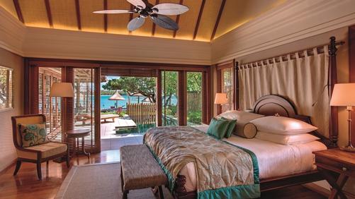 王子套房别墅 Princely Suite 位于酒店内极为隐蔽僻静的地方,该套房的特点在于3个呈现不同海景和泻湖的独立阳台,王子套房有用个普通套房和1个带露台的高级套房组成,普通套房和高级套房的设施相近,除此之外,还有一个可供服务员使用的厨房,可就餐的阳台和2个可加热的游泳池。