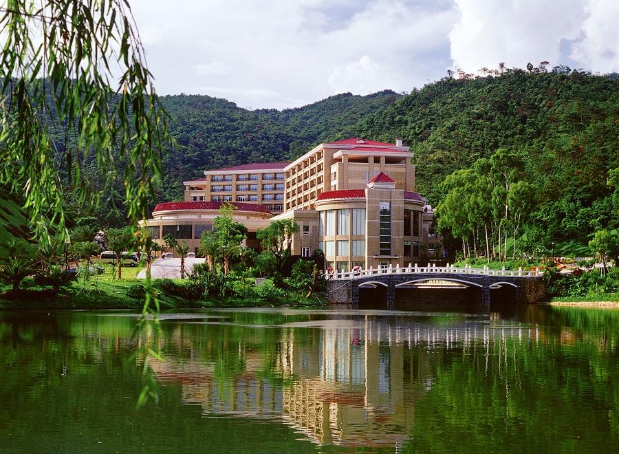 酒店位于东莞市长安镇莲花山麓,毗邻广深高速,107国道,距离长安镇区